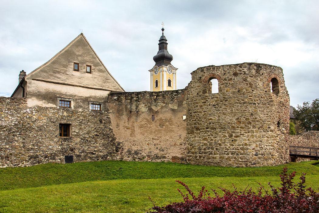Österreich: Wachau an der Donau – Die 12 schönsten Ausflugsziele mautern-favianis-roemerkastell-wachau-niederoesterreich In der Wachau setzen sich die Befestigungen des römischen Donaulimes mit dem Reiterkastell Favianis in Mautern und mehreren Wachtürmen entlang der Donau fort. Der Blickfang in der gut erhaltenen Westmauer des Römerkastells ist der U-Turm, auch Hufeisenturm genannt. Dahinter lugt die Pfarrkirche Hl. Stefan über den Mauerrand.