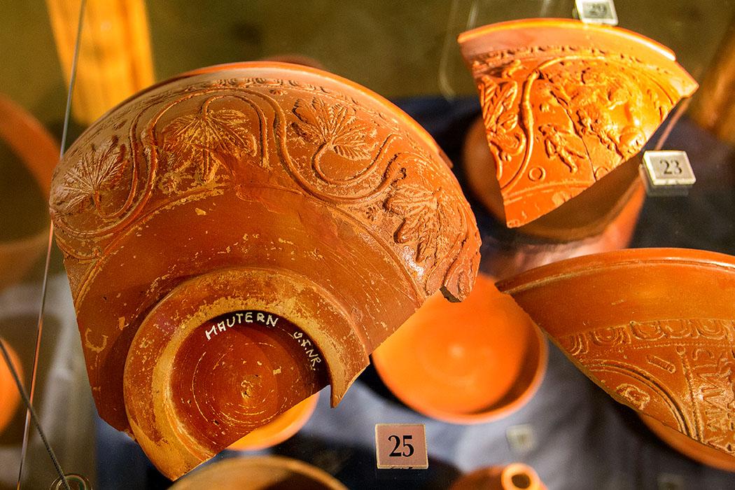 Terra Sigillata ist ein glänzend rot überzogenes römisches Tafelgeschirr aus Keramik, das für gehobene Anlässe verwendet wurde. Die Ware fand in verschiedenen Variationen Absatz im gesamten Römischen Reich.