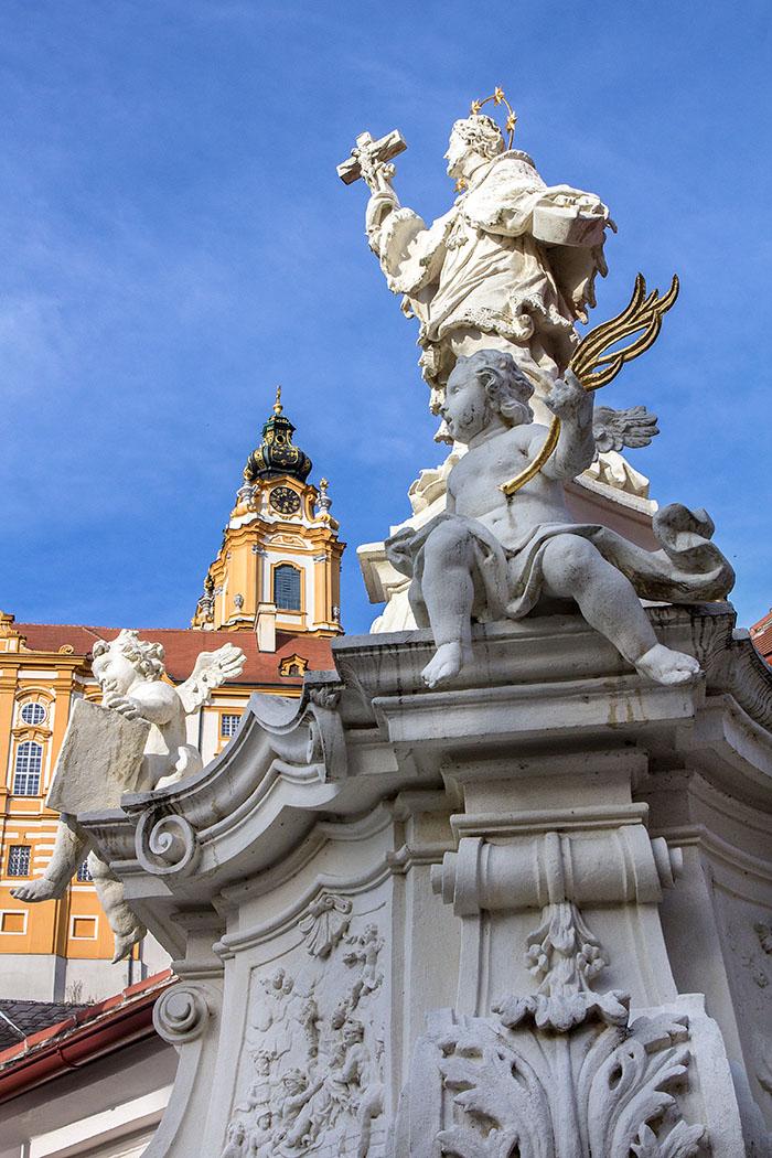 Am Kirchenplatz von Melk blickt die Statue des heiligen Nepomuk zum Benediktinerstift hinauf.