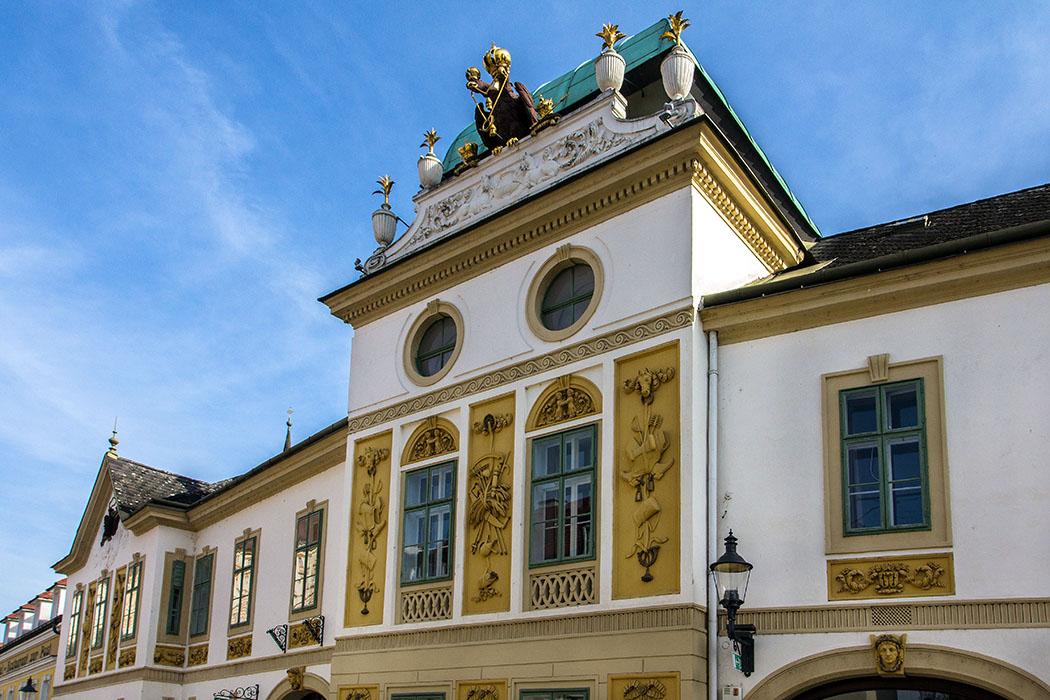 """Das alte Posthaus ist ein barocker Bau mit repräsentativer Fassade, es wurde 1792 nach Plänen von Franz Wipplinger erbaut. Die """"schönste Post Österreichs"""" zeigt in ihren Stilmerkmalen den Übergang vom Spätbarock zur Frühklassizistik."""