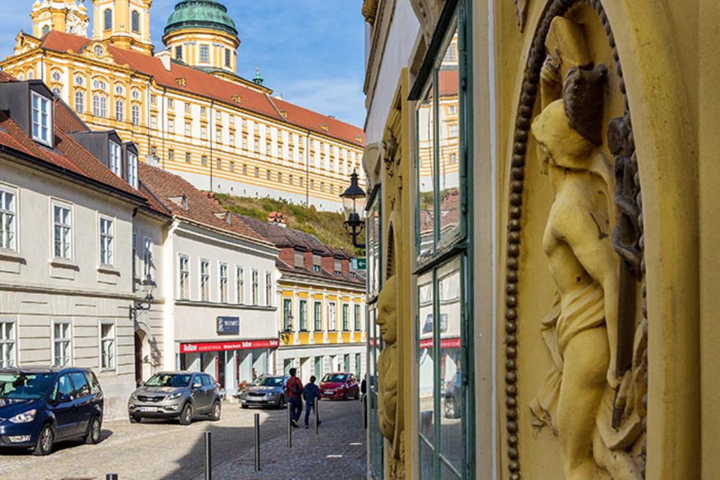 Blick vom alten Posthaus in der Linzer Straße hinauf zum Stift Melk.