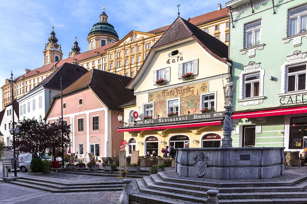 Am gemütlichen Rathausplatz von Melk befindet sich der Kolomanibrunnen aus dem Jahr 1689.