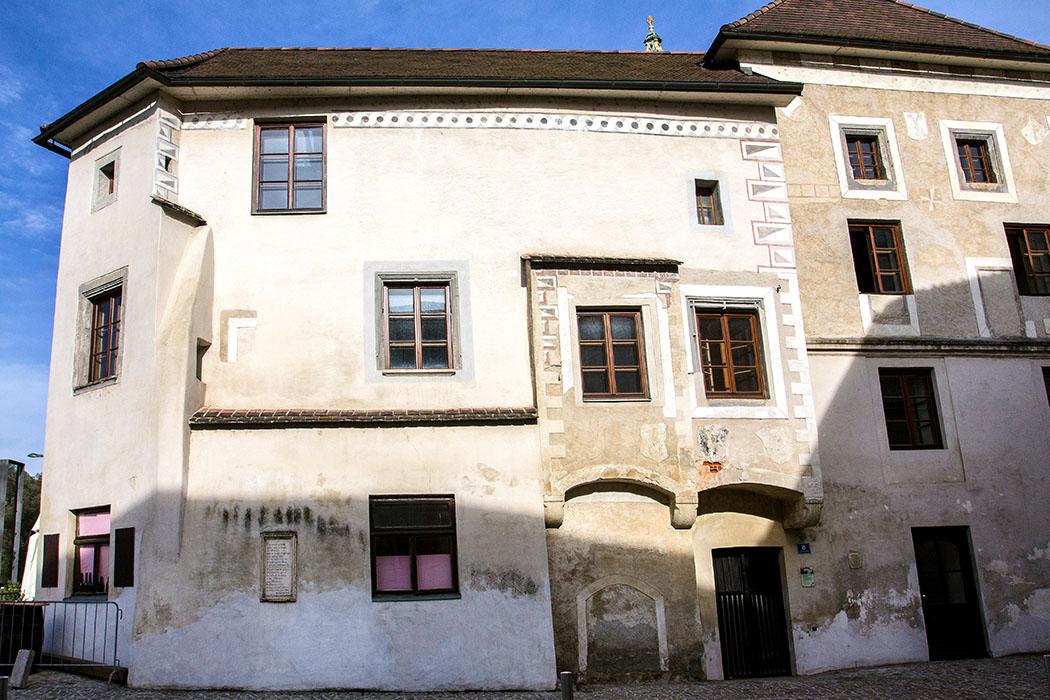 Das Wohnhaus an der Nibelungenlände/Ecke Kremser Straße stammt aus dem 16. Jahrhundert. Eine interessante Steintafel (unten links) ist dort vermauert. Diese gibt eine Strophe des Nibelungenlieds wieder, in welcher Melk (Medelike) erwähnt wird.