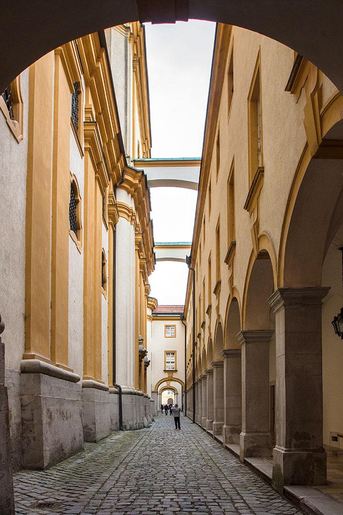 Zwischen dem Stifsmuseum (links) und der Stiftskirche führt ein Arkadengang entlang.