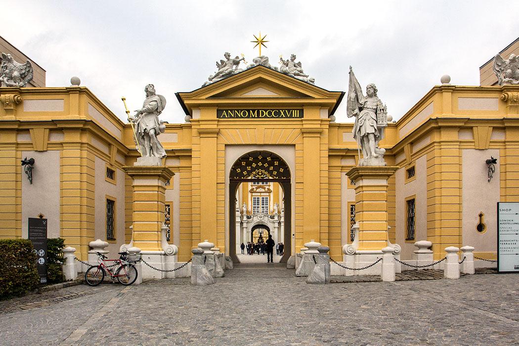 Der imposante Hauptportal zum Benediktinerstift Melk wurde 1718 fertiggestellt. Zwei Statuen, der Hl. Leopold und der Hl. Koloman, flankieren die Toreinfahrt.