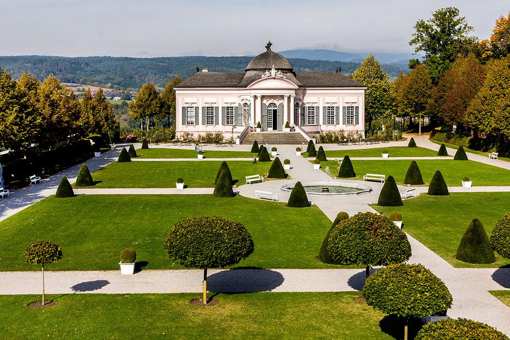 Im Garten von Stift Melk steht ein barocker Gartenpavillon, der 1748 erbaut wurde.