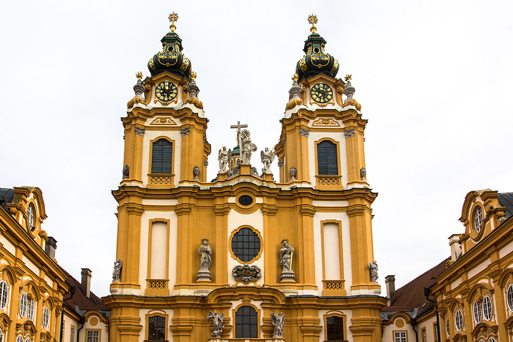"""Die Westfassade der Stiftskirche von Melk """"St. Peter und Paul. Die Kirche ist das Wahrzeichen der Stadt Melk und gilt als eine der schönsten Barockkirchen in Österreich."""