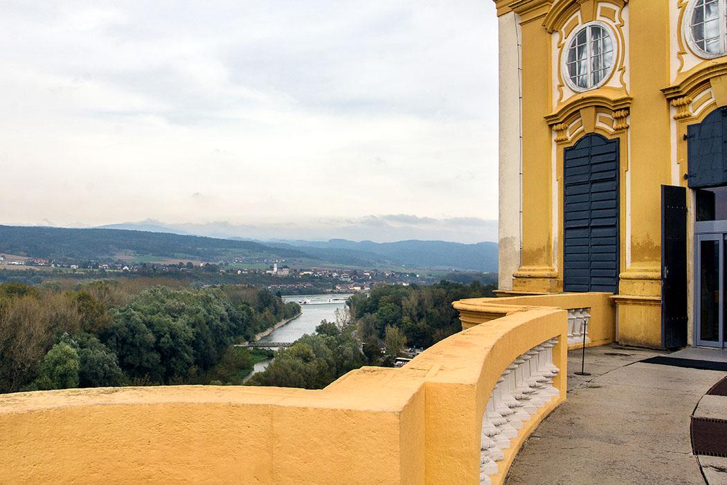 Die Altane ist der Verbindungsbalkon zwischen Marmorsaal und Bibliothek. Wir sehen im Vordergrund den Fluss Melk, der kurz danach in die Donau mündet.