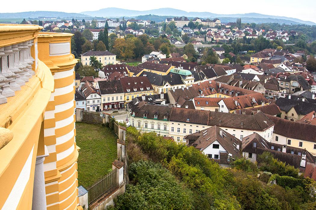 Die Aussicht von der Altane schweift hinunter zur Stadt Melk, mit ihrer hübschen Altstadt.