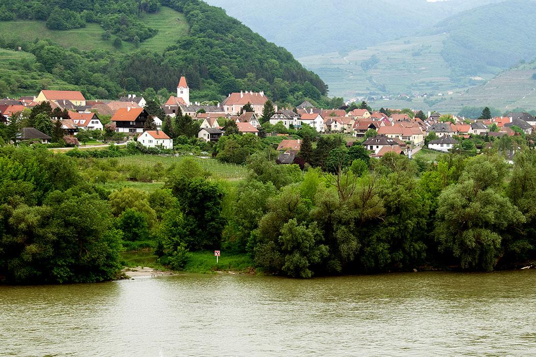 Blick von Dürnstein, hinüber nach Rossatz mit der Pfarrkirche St. Jakob und dem Renaissanceschloss. Rossatz ist eine Marktgemeinde mit Arnsdorf und ist die größte Marillenanbaugemeinde Österreichs, zudem ist der Weinbau von besonderer Bedeutung.