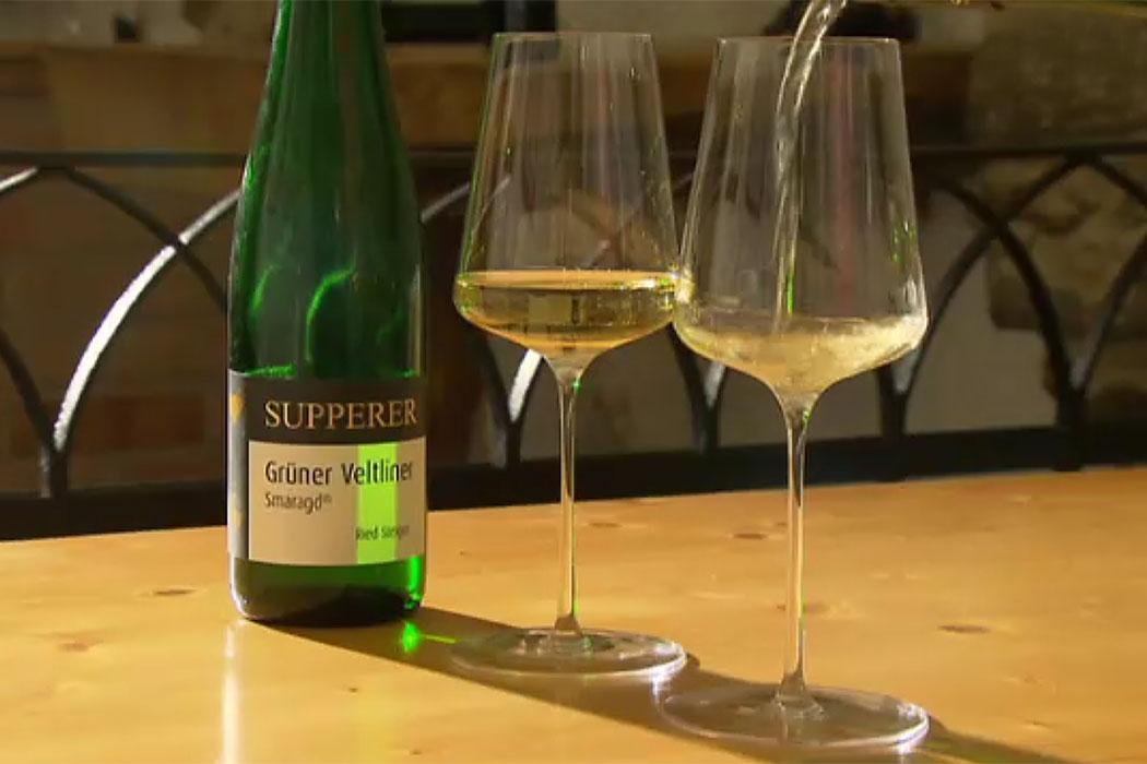 So lässt es sich leben! Goldgelb und kräftig schmeckt der Grüne Veltliner Smaragd vom Winzerhof Supperer, dazu ein Hauch von Steinobstaromen ...