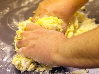 Die Zutaten zügig zu einem Teig verkneten. Damit sich der Teig sich gut verarbeiten lässt, sollten Butter und Eier direkt aus dem Kühlschrank kommen.
