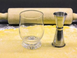 Wir haben zum Ausstechen der Spitzbuben ein Trinkglas und einen Doppelmessbecher aus unserer Cocktail-Bar verwendet.