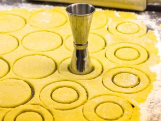 Beim Ausrollen des Teigs ordentlich Mehl verwenden, sonst kleben die Plätzchen auf der Arbeitsfläche fest.