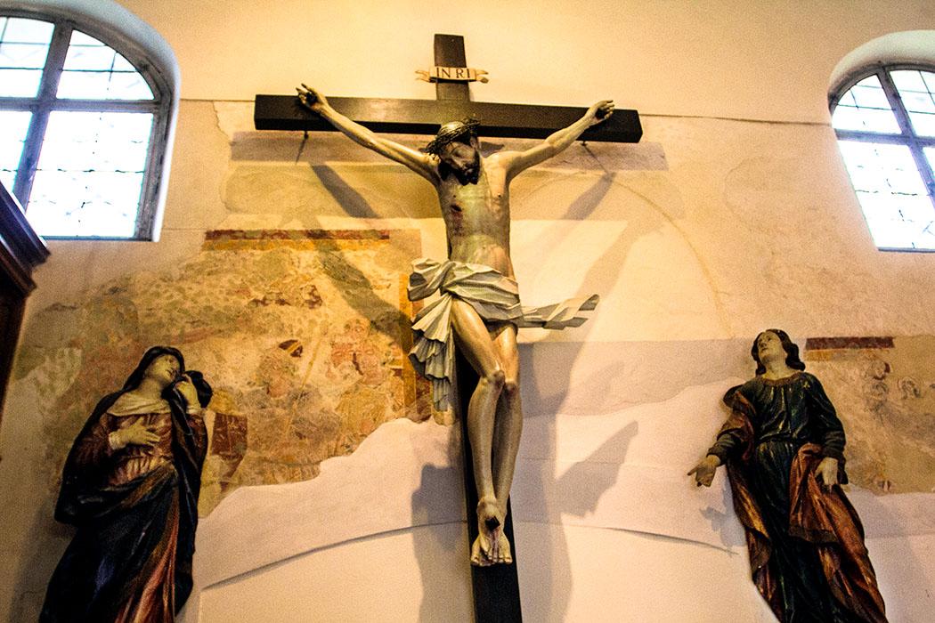 Das Kircheninnere wurde mit qualitätsvollen gotischen Fresken aus dem 13. bis 16. Jahrhundert bemalt.