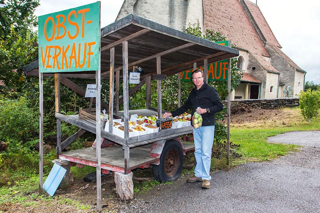 Unser Einkehr-Tipp in St. Johann im Mauerthale: Das immer gut gefüllte Obststandl. Hier haben wir mehrfach ausgezeichnetes Obst gekauft. Preisbeispiel: Große Tüte Strudeläpfel für 1 Euro, daheim Apfelstrudel gemacht - Guat wars!
