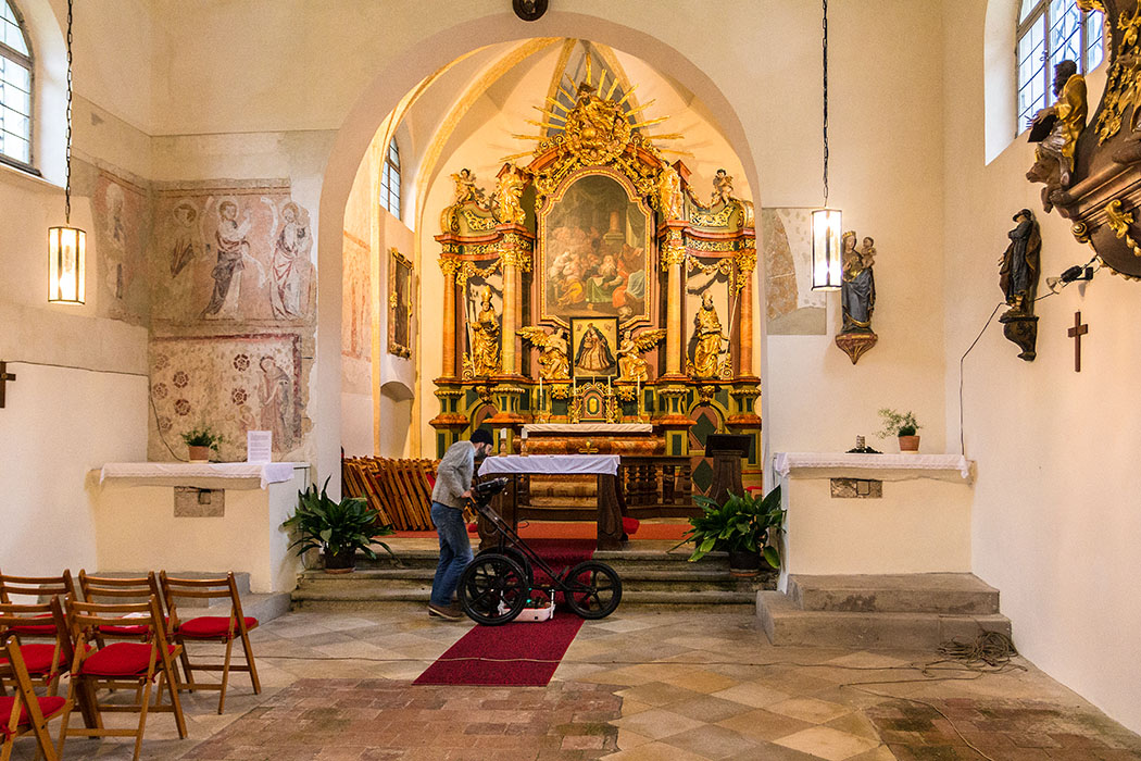 Im Kirchensaal führten Archäologen eine geophysikalische Oberflächenbegehung (Survey) aus um den vermuteten Vorgängerbau der Kirche zu erfassen und datieren zu können.