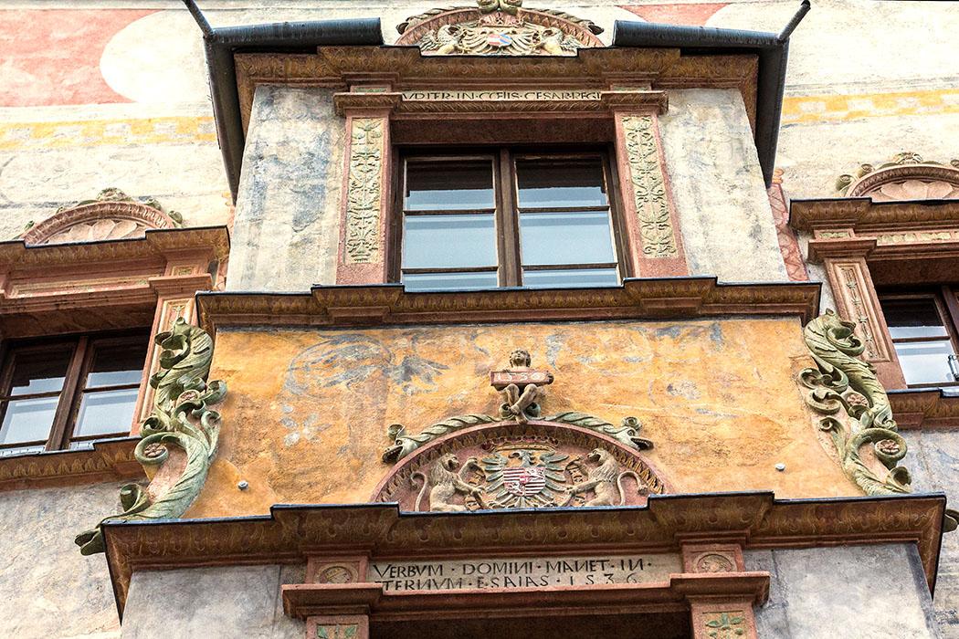 Das Pinetz-Haus an der Steiner Landstraße Nr. 84 war einst das landesfürstliche Mauthaus und wurde 1536 errichtet. Es ist eines der bemerkenswertesten Renaissancehäuser in Stein/Krems. Die unregelmäßige Fassadengliederung mit dem bemalten Erker zeigt, wie ein deutlich älteres Gebäude im Sinne der Renaissance umgestaltet wurde.