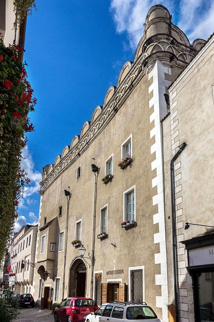 Der Große Passauerhof an der Steiner Landstraße 76 ist ab 1263 als Zehenthof des Bischofs von Passau nachweisbar. Im 16. Jahrhunderts wurde er weiter ausgebaut. Die Rundbogenzinnen mit turmartigen Ecken verleihen der Fassade eine besondere Wirkung und zeigen die Gestaltungsmöglichkeiten der Renaissancezeit.
