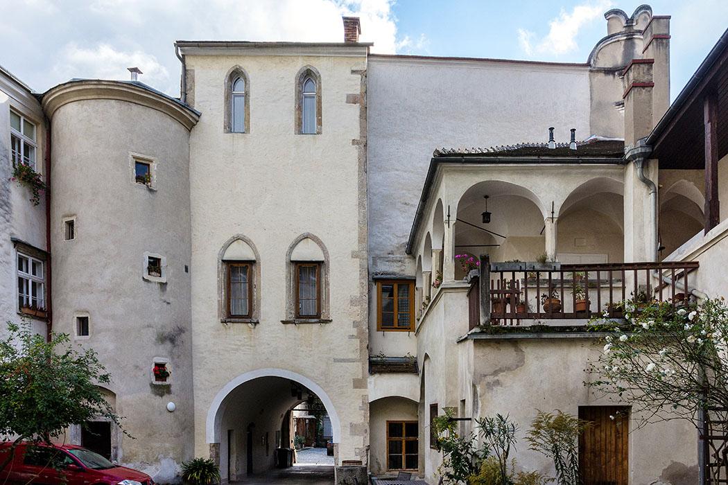 Die gewundene Treppe im Rundturm vom Großen Passauerhof führte zur spätgotischen Kapelle über der Hofeinfahrt, in der sich die Bewohner zu Gottesdiensten versammelten. Sie stammt noch vom romanischen Vorgängerbau und war als halb öffentlicher Raum ein geistig-kulturelles Zentrum von Stein.
