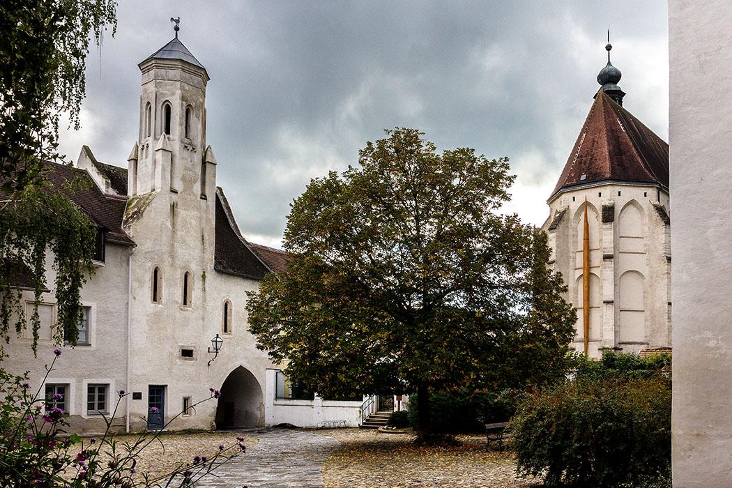 Der Göttweigerhof ist ein mehrflügeliges Ensemble mit Kapelle, um einen weiten Innenhof. Nach einer urkundlichen Erwähnung als Lehen, die auf das Jahr 1083 zurückgeht, wurde das Anwesen 1286 als Hof bestätigt. Er diente lange als Verwaltungszentrum des Benediktinerstifts Göttweig. Rechts im Bild, der Chor der Minoritenkirche.