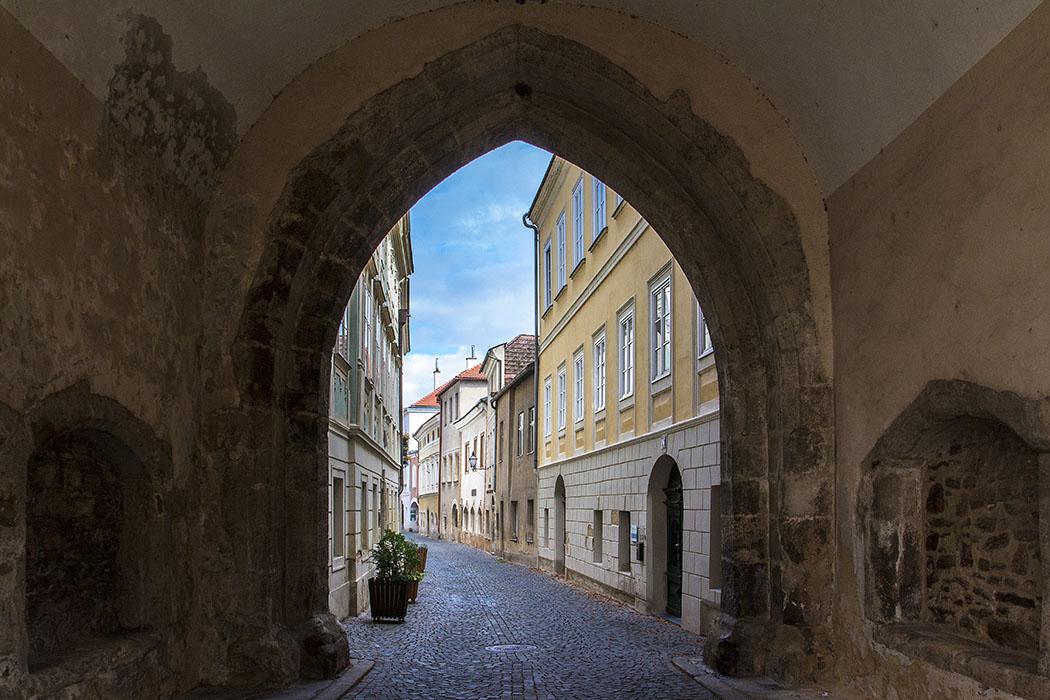 Das gotische Linzer Tor von Stein an der Donau wurde 1477 erbaut, im 18. Jahrhundert allerdings umgestaltet.