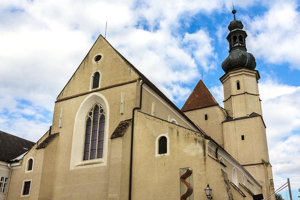 Die ehemalige Minoritenkirche ist eine frühgotische Basilika mit einschiffigem, Langchor und Südturm. Die 1264 geweihte Kirche schließt an die Südseite des ehemaligen Klosters an. Seit einer Restaurierung in den 1950er-Jahren wird sie als Ausstellungsraum genutzt.