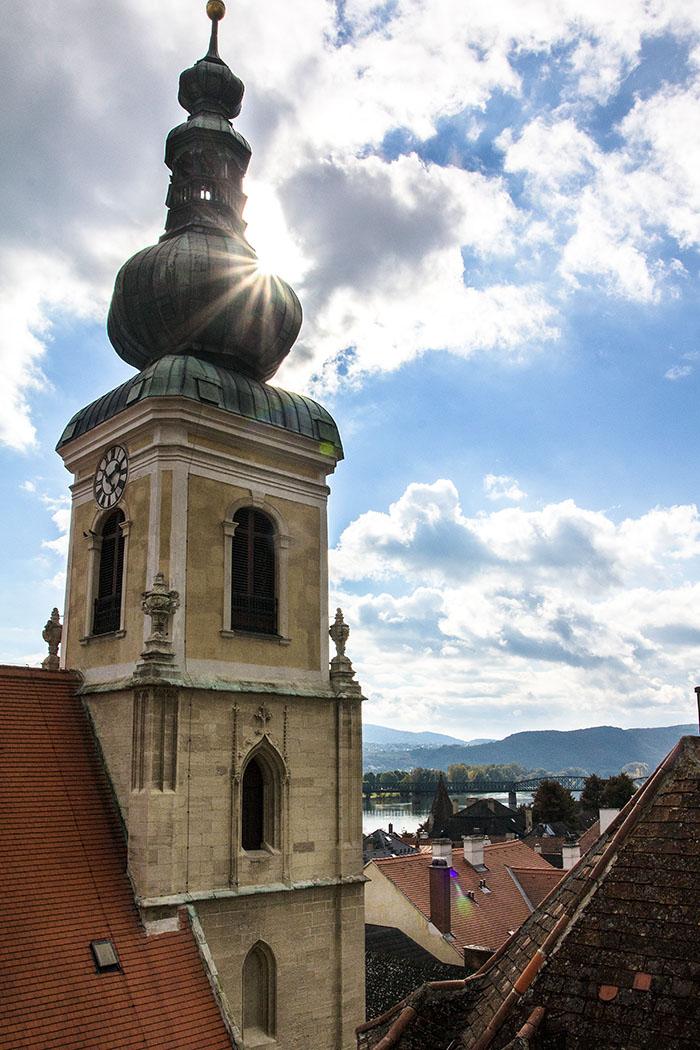 Die Pfarrkirche Hl. Nikolaus in Stein an der Donau wurde in spätgotischer Zeit erbaut. Sie wird auf Ende des 14. Jahrhunderts datiert. Von der oberhalb liegenden Frauenbergkirche bietet sich eine schöne Aussicht auf die Donau.