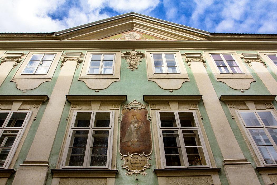 Das Gebäude in der Steiner Landstraße 122 diente ab 1756 als Wohnhaus des Malers Martin Johann Schmidt, auch Kremser Schmidt genannt. Die Fassade wurde im 18. Jahrhundert gestaltet und ist durch Pilaster gegliedert.