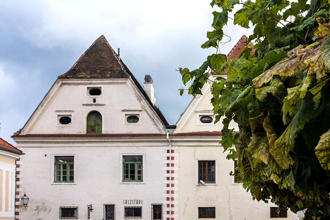 Der Salzstadl an der Steiner Landstraße stammt aus dem 16. Jahrhundert. Hier war der Umschlagplatz des donauabwärts verschifften Salzes nach Böhmen, Mähren, Schlesien usw.
