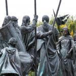 tulln-nibelungenbrunnen-donau-kriemhild-etzel Der Nibelungenbrunnen in Tulln zeigt den Brautempfang von Kriemhild durch den Hunnenkönig Etzel. Danach wurde ein friedvolles Fest gefeiert, das als Symbol für die kulturelle Begegnung zwischen Ost und West zu verstehen ist. Der Brunnen ist Erinnerungsstätte an einen historische Ort des Nibelungenlieds und dokumentiert die geschichtsträchtige Vergangenheit der Donaustadt.