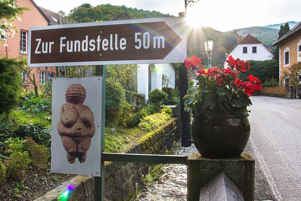 Der Weg zur Fundstelle der Venus von Willendorf ist gut ausgeschildert und in ein paar Minuten zu Fuß von Museum aus erreicht.