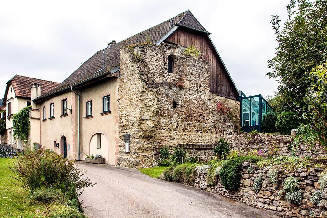 Römischer Burgus in Bacharnsdorf: Der dreigeschoßige Wachturm mit quadratischem Grundriss stammt aus dem 4. Jahrhundert und schließt an das Haus Nr. 6 an. Die Südwand des Gebäudes ist noch bis fast zur Dachtraufe erhalten.