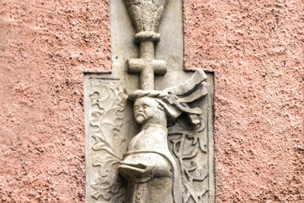 Das Wappen von Heinrich Teisenhofer ist nicht aus seiner Zeit, sondern in die der Familie Göbl (16. Jhd.) zu setzen, die es als Nachbesitzer des Anwesens übernahmen.