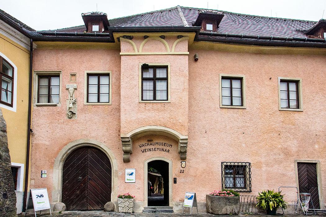Vom Marktplatz in Weißenkirchen sieht der Teisenhoferhof zunächst nicht besonders ungewöhnlich aus. Nur wer genauer hinsieht dem fällt der verzierte Erker über dem Eingang auf, sowie weitere Details wie das Wappen von Heinrich Teisenhofer (links).