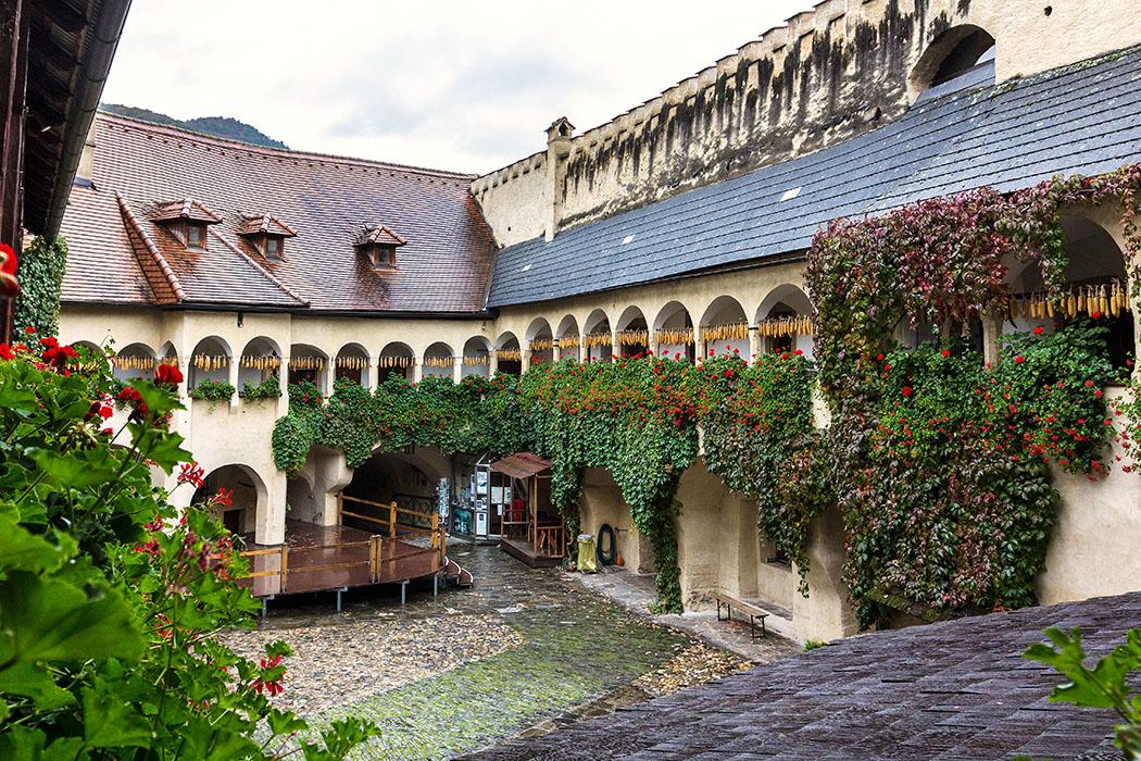 Ab 1542 wurde der Teisenhoferhof im Stil der Frührenaissance um den wunderschönen Arkadenhof und den beiden Wehrtürmen mit Zinnen erweitert.