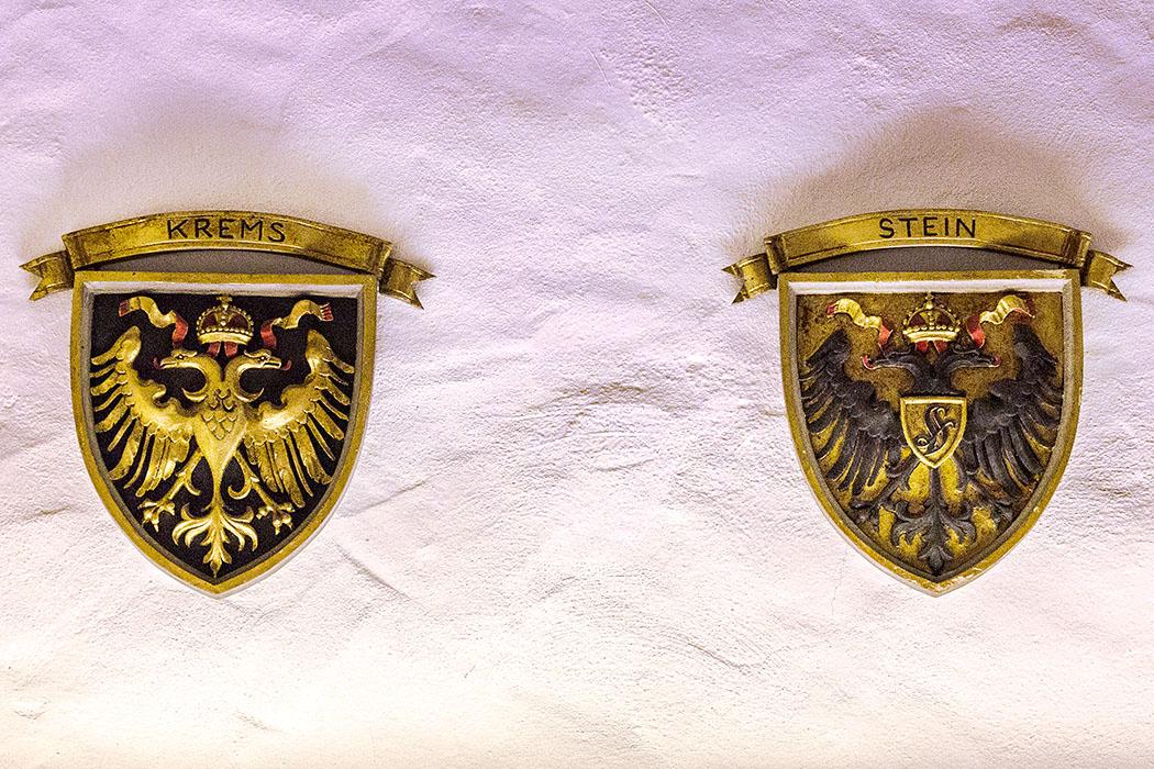 Die Stadtwappen von Krem und Stein an der Donau.