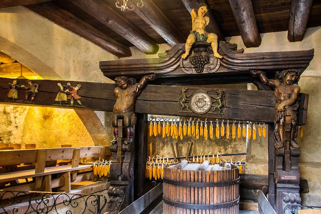 Im Ludwigstüberl kann man eine reich verzierte Weinpresse aus dem Jahre 1766 bewundern.