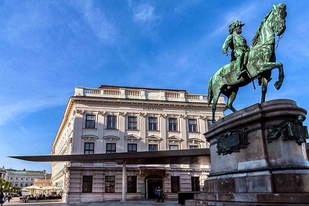 wien albertina palais museum oesterreich vienna austria Auf dem Vorplatz der Albertina steht seit 1899 das bronzene Reiterstandbild von Erzherzog Albrecht mit Blick auf die Wiener Staatsoper.