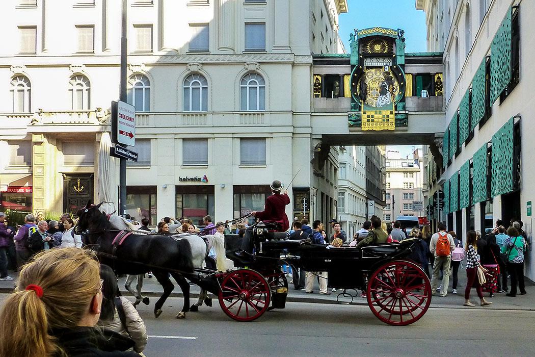 wien ankeruhr hoher markt fiaker menschen oesterreich vienna austria Die Ankeruhr am Hohen Markt in der Wiener Altstadt ist eine faszinierende Touristenattraktion. Auch die Fiakerfahrer zeigen ihren Gästen das Spieluhren-Spektakel.