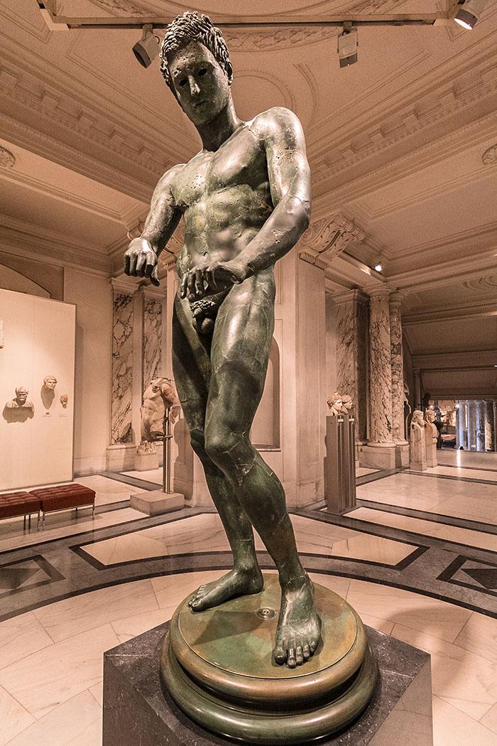 wien ephesos museum Bronzestatue eines Athleten neue burg hofburg oesterreich vienna austria Die Bronzestatue eines Athleten ist eine römische Kopie eines griechischen Originals aus dem 4. Jhd. v. Chr.. Sie zeigt einen Athleten bei der Körperpflege nach einem Wettkampf mit einem Schabeisen.