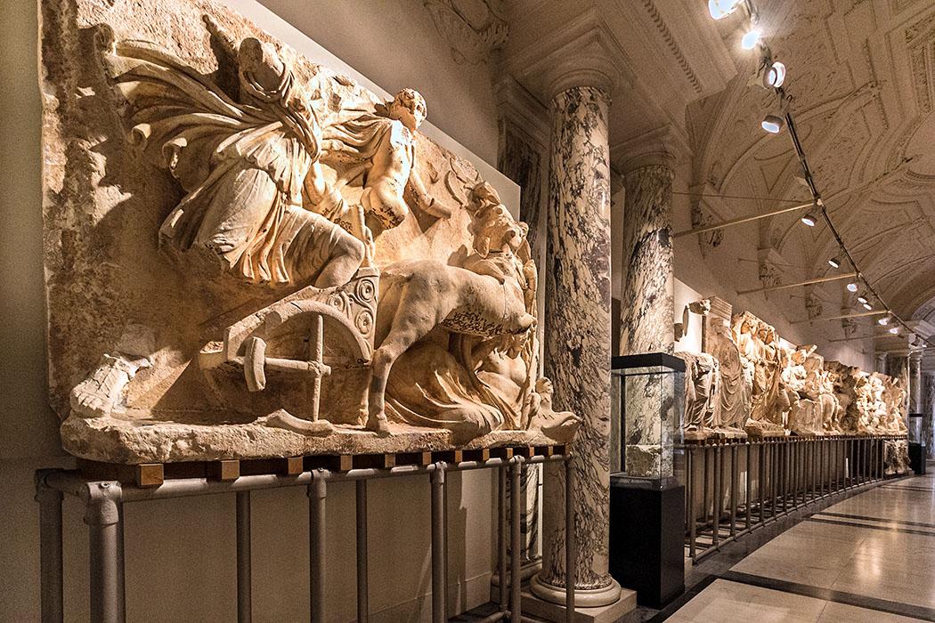 wien ephesos museum partherdenkmal hofburg neue burg oesterreich vienna austria Herzstück im Ephesos-Museum von Wien ist das römische Partherdenkmal mit brillanten Reliefdarstellungen von Kampf, Jagd und Reitkunst.
