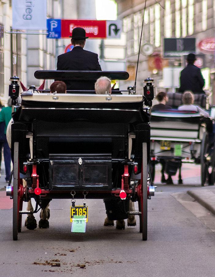 Wien: 18 Sehenswürdigkeiten in der Weltstadt an der Donau wien fiaker stadtrundfahrt staedtereise oesterreich vienna austria Eine gemütlicher Weg, die Schönheiten von Wien zu erkunden ist eine Fahrt im traditionellen Fiaker.
