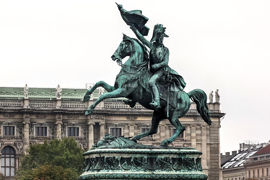 wien heldenplatz Reiterstatue Erzherzog Karl oesterreich vienna austria Die Reiterstatue von Erzherzog Karl wurde 1860 am Heldenplatz vor der Hofburg aufgestellt.