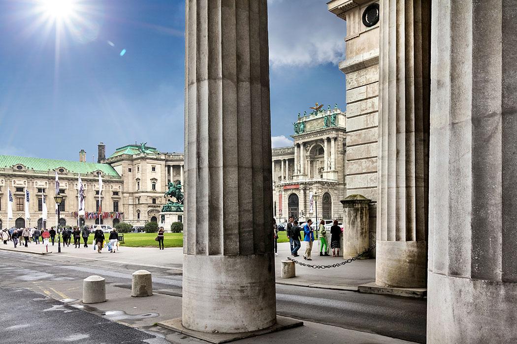 sehenswürdigkeiten von wien Am Heldenplatz an der Wiener Hofburg hat sich große österreichische Geschichte abgespielt, er spiegelt aber auch die Illusionen und Irrwege der jüngeren Geschichte wider.