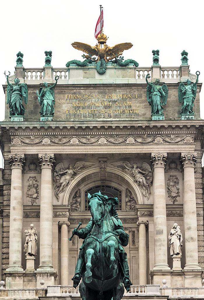 wien hofburg neue burg prinz eugen denkmal oesterreich vienna austria Die Reiterstatue von Prinz Eugen von Savoyen wurde 1865 auf dem Heldenplatz aufgestellt. Im Hintergrund die Neue Burg der Wiener Hofburg.