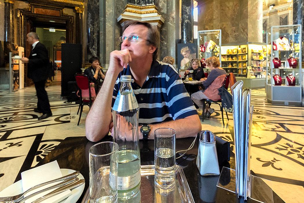 wien kunsthistoisches museum cafe restaurant oesterreich vienna austria Hans bestaunt voller Andacht die Kuppelhalle über dem Cafe Restaurant im Kunsthistorischen Museum von Wien.
