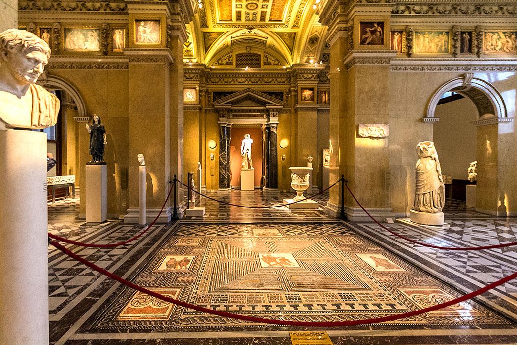 wien kunsthistoisches museum maria theresien platz antikensammlung oesterreich vienna austria Die Objekte der Antikensammlung des Kunsthistorischen Museums umspannen einen Zeitraum von mehr als drei Jahrtausenden - von der bronzezeitlichen Keramik Zyperns aus dem 3. Jahrtausend v. Chr. bis hin zu frühmittelalterlichen Funden. Eines der Glanzstücke ist das Theseus-Moasik aus dem 3. Jahrhundert, das in einer römischen Villa bei Salzburg entdeckt wurde.