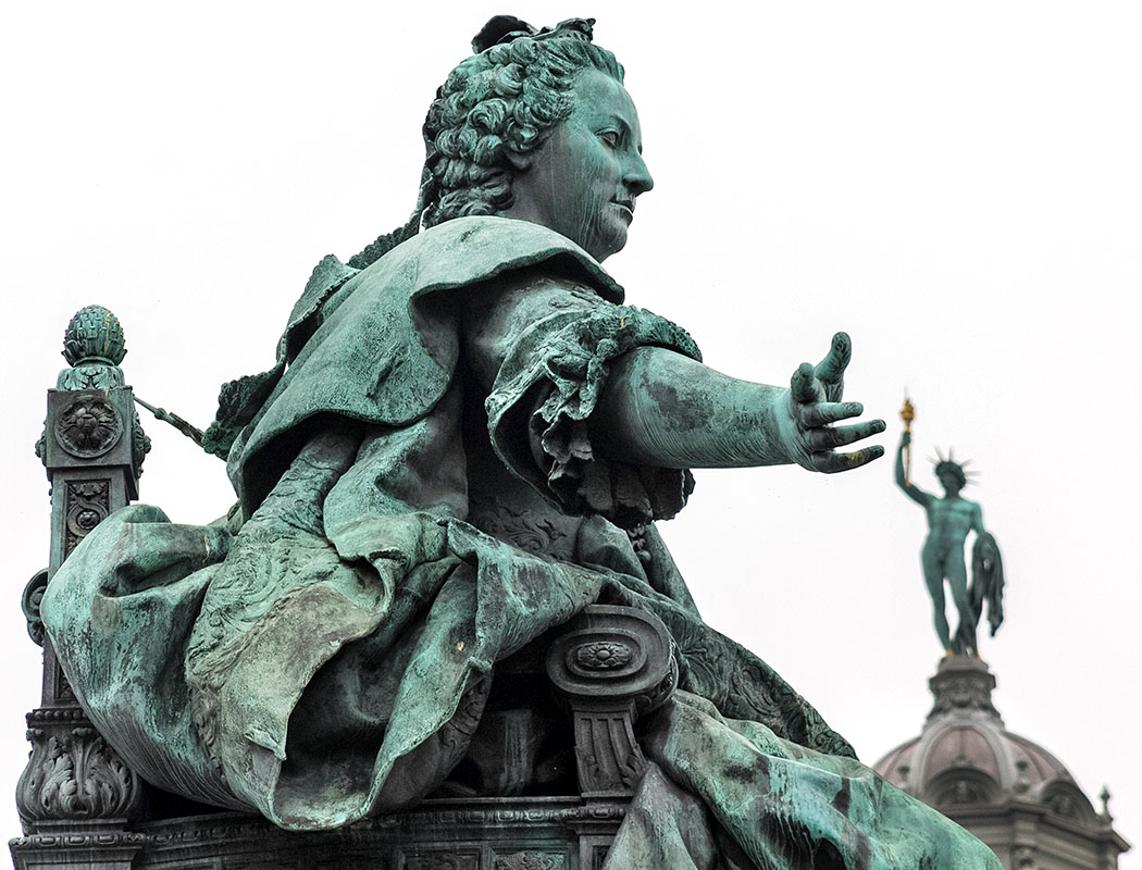wien maria-theresien-platz denkmal kaiserin maria theresia 01 oesterreich vienna austria Ob Kaiserin Maria Theresia sich mit dem griechischen Sonnengott Helios unterhält?