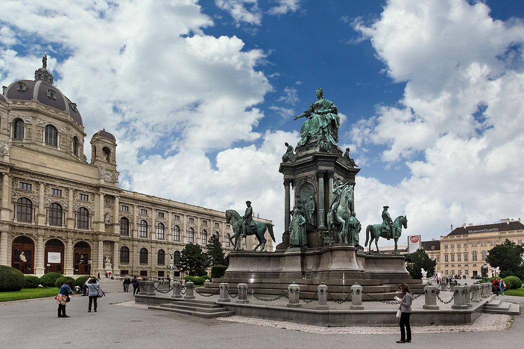 sehenswürdigkeiten von wien Zwischen dem Heldenplatz vor der Hofburg und dem MuseumsQuartier befindet sich der prachtvolle Maria-Theresien-Platz. Das Denkmal für Kaiserin Maria Theresia und die beiden größten historischen Museen von Wien dominieren den Platz.
